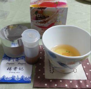 左の蓋つき容器が塗香、茶色の液体が楊貴妃オイル、そしてセッションのお茶も楊貴妃~♪
