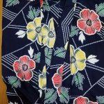 紺地に赤と黄色のハイビスカス柄の浴衣